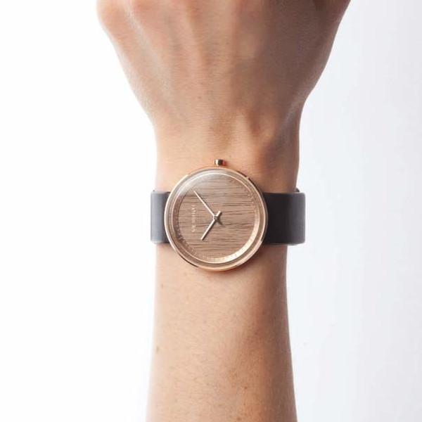 """金属製腕時計にはない""""癒しのナチュラル感"""""""